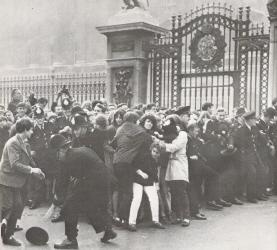 Beatlemaniacs storm Buckingham 
